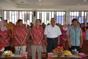 Pemakalah Utama, Dosen Pendidikan Bahasa Indonesia, dan peserta seminar nasional menyanyikan Lagu Indonesia Raya (Foto Taqyuddin Bakri)