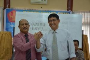 Dekan FKIP terpilih, Dr Lukman Nadjamuddin (kanan) bersalaman dengan Dr Gazali usai penghitungan suara (Foto Taqyuddin Bakri)