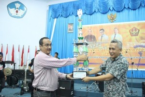 Penyerahan piala bergilir Porseni Maba oleh ketua panitia kepada wakil dekan bidang akademik Fkip. (Foto:zl)