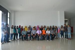 Calon tenaga cleaning service berfoto bersama Kepala UPT Natalita dan tim, usai seleksi wawancara (Dok Humas Untad)
