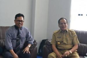 Gubernur Sulteng, Drs H Longki Djanggola MSi, bersama Rektor Untad, Prof Dr Ir Muhammad Basir Cyio SE MS, di ruang kerja Rektor usai penandatanganan MoU Pengelolaan Zakat (Dok Humas)