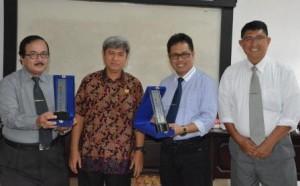 Rektor Untad, Prof Basir Cyio, dan Rektor IAIN Palu, Prof Zainal Abidin saat foto bersama dengan Kepala SMA Al-Azhar Palu (kedua dari kiri), dan Dekan FKIP Untad terpilih, Dr Lukman Nadjamuddin (paling kanan)