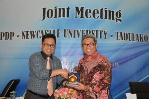 Rektor Untad menyerahkan cindera mata kepada Direktur Dana Kegiatan Pendidikan LPDP (Foto Taqyuddin Bakri)
