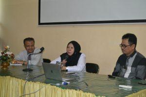 Direktur RSUD Undata, Dokter Reny A Lamadjido Sp PK MKes (tengah) saat menyampaikan sumbangsih saran dalam silaturrahim dengan pimpinan Untad (Foto Taqyuddin Bakri)