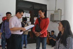 Rektor Untad saat melakukan pemantauan langsung mahasiswa baru dan berdialog serta melihat langsung berkas mahasiswa baru.