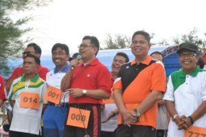 SAMBUTAN: Rektor Untad memberikan sambutan sebelum melepas peserta Jalan Santai (Foto Taqyuddin Bakri)