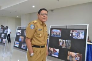 Wagub Sulteng, H Sudarto SH MHum usai melihat pameran foto di Gedung IT Center Untad (Foto Taqyuddin Bakri)
