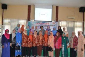 Pengurus dan anggota DWP FKIP berfoto bersama usai silaturrahim rutin (Foto Taqyuddin Bakri)
