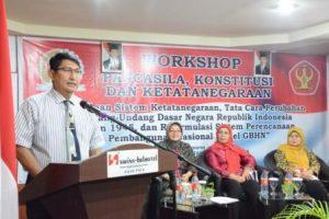 Dekan FKIP Untad, saat memberikan sambutan dalam Workshop Pancasila, Konstitusi, dan Ketatanegaraan, kerjasama MPR RI dengan Untad (Foto Taqyuddin Bakri)