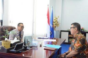 Rektor Untad, Prof Dr Ir H Muh Basir Cyio SE MS, saat berbincang dengan Ketua LPPM tentang naiknya status Untad dari Madya ke Utama (Foto Taqyuddin Bakri)