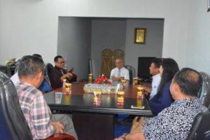Tim Untad yang baru saja mengikuti kegiatan konsorsium saat berdiskusi dengan Rektor Untad (Foto Taqyuddin Bakri)