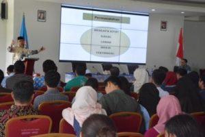 Dr KH Abdul Wahid Maktub saat menyampaikan kuliah umum di Universitas Tadulako (Foto Taqyuddin Bakri)