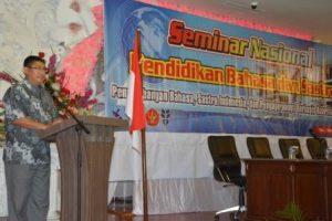 Dekan FKIP, Dr H Lukman Nadjamuddin MHum, saat menyampaikan sambutan sekaligus membuka kegiatan Seminar Nasional Pendidikan Bahasa dan Sastra 2016 (Foto Taqyuddin Bakri)
