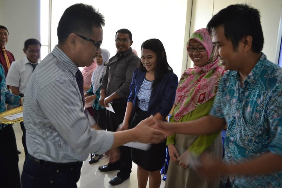 Rektor Serahkan SK CPNS Untad