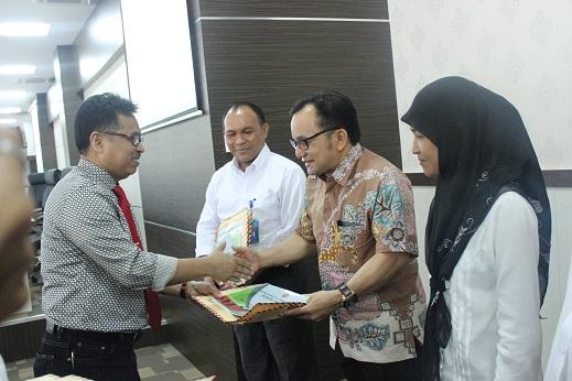 Rektor Serahkan Sertifikat Pendidik PLPG 2015