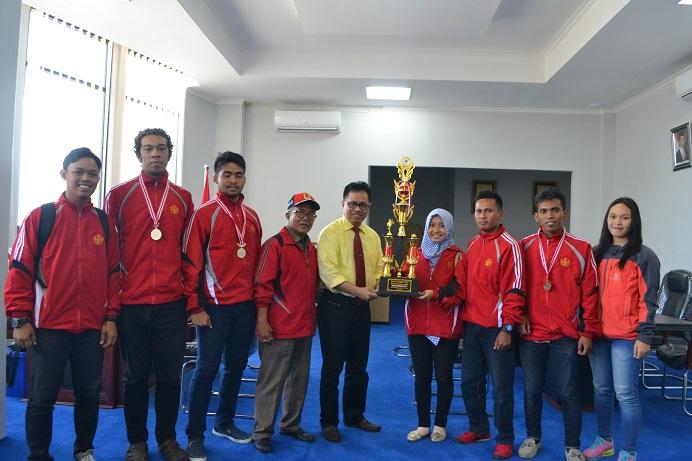 Rektor Berikan Penghargaan kepada Atlet Karate Berprestasi