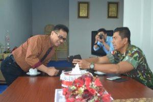 CENGKERAMA: Kapolda Sulteng saat menunjukkan suatu topik pembahasan kepada Rektor Untad (Foto Akhmad Usmar)