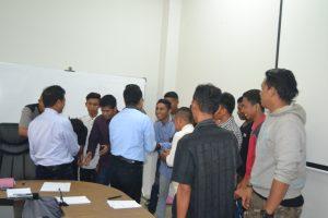 BERBAUR: Rektor Untad, Prof Dr Ir Muh Basir Cyio SE MS, turut berbaur bersama-sama anggota baru UPT Natalita usai memberikan arahannya.
