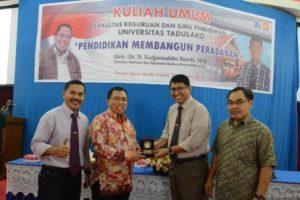 Direktur WDP Kemendikbud saat menerima cenderamata dari Dekan FKIP usai memberikan materi kuliah umum bagi mahasiswa baru angkatan 2016 FKIP Untad (Foto Taqyuddin Bakri)