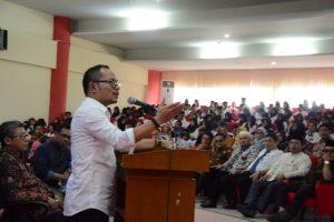 KULIAH UMUM: Menteri Ketenagakerjaan saat menyampaikan kuliah umum di hadapan sekitar 500 orang dosen dan mahasiswa Untad (Foto Taqyuddin Bakri)
