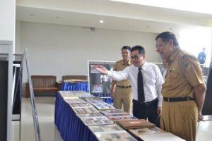 Rektor Untad, Prof Dr Ir Muh Basir Cyio SE MS, saat memperlihatkan salah satu foto yang dipamerkan kepada Wagub Sulteng (Foto Taqyuddin Bakri)