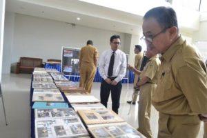 Kepala Dinas Pendidikan dan Kebudayaan (Kadis Dikbud) Sulteng, Ardiansyah Lamasitudju SPd MSi, juga turut menyaksikan pameran foto (Foto Taqyuddin Bakri)