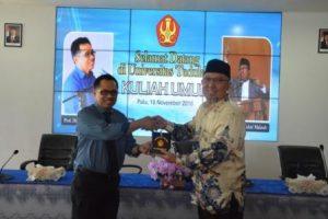 Dr KH Abdul Wahid Maktub, saat menerima cinderamata dari Rektor Untad, Prof Dr Ir Muh Basir Cyio SE MS (Foto Taqyuddin Bakri)