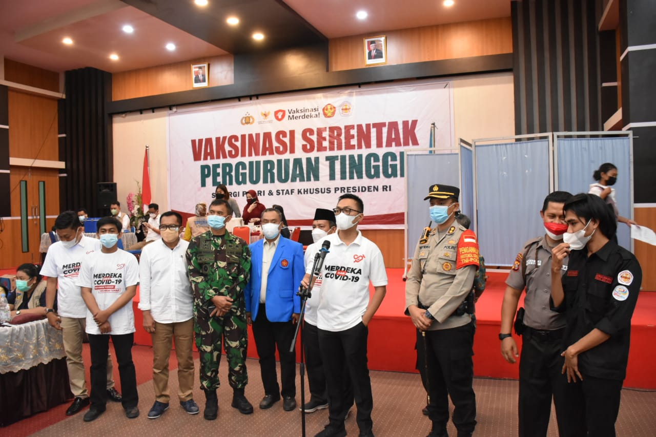 Along with Regional Police of Central Sulawesi and Presidential Special Staff,  Untad Organized Independent Vaccination for University Students in Palu